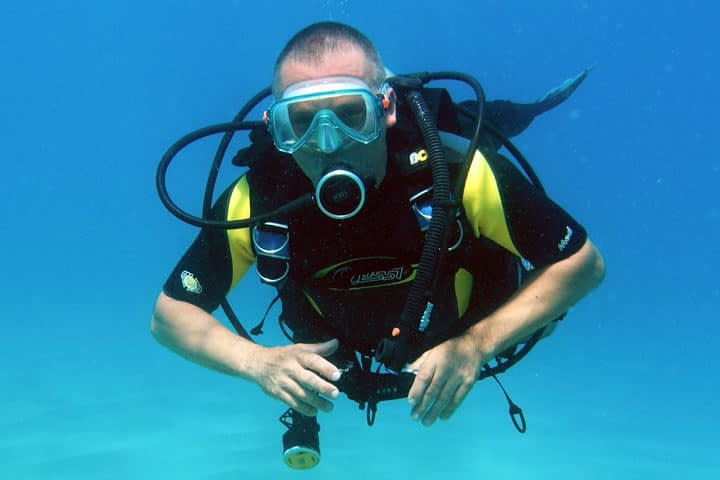 PADI (Junior) Open Water Divers or higher, who are at least 10 years old, are eligible to take the Peak Performance Buoyancy course